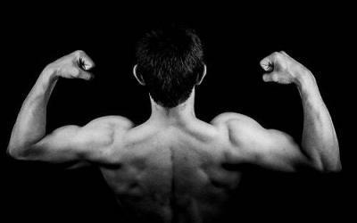 Stretching bicipiti: migliora braccia e spalle