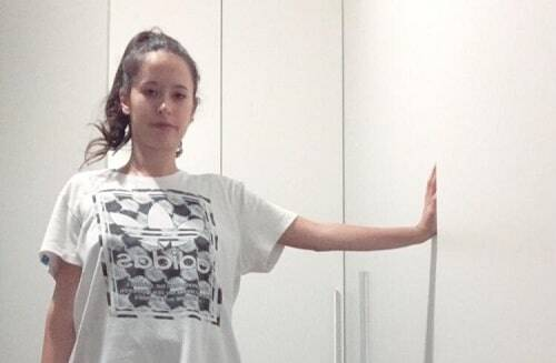 stretching pettorali in piedi